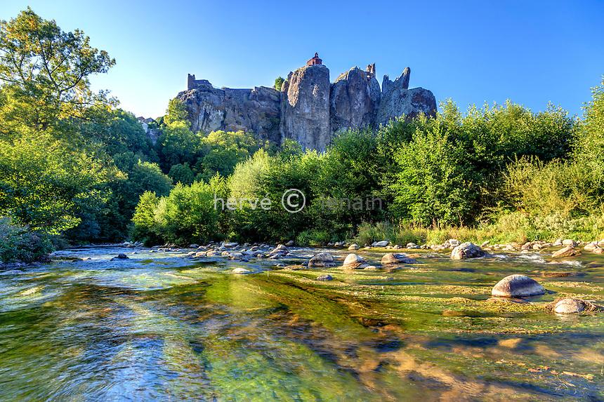 France, Haute-Loire (43), Arlempdes,  la Loire, la chapelle et les ruines du château sur les falaise de basalte