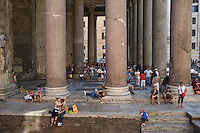Rome continue to be one of the most visited city in the world..Roma continua ad essere una delle città più visitata al mondo.Tourists visiting Pantheon