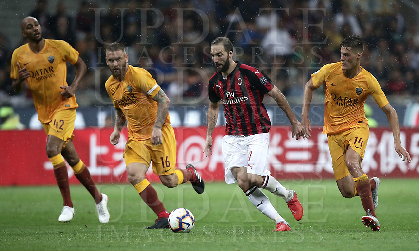 Calcio, Serie A: AC Milan - AS Roma, Milano stadio Giuseppe Meazza (San Siro) 31 agosto 2018. <br /> AC Milan's Gonzalo Higuain (second from right) in action with AS Roma's captain Daniele De Rossi (second from left) Patrik Schick (r) and Steven Nzonzi (l) during the Italian Serie A football match between Milan and Roma at Giuseppe Meazza stadium, August 31, 2018. <br /> UPDATE IMAGES PRESS/Isabella Bonotto