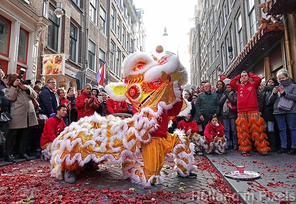 Nederland Amsterdam 2018. Chinees Nieuwjaar viering. In Amsterdam Chinatown wordt twee keer per jaar Nieuwjaar gevierd : op de eerste winkeldag na 1 januari en tijdens het officiele Chinese Nieuwjaar , dat een paar weken later plaatsvindt. Tijdens de viering van Chinees Nieuwjaar worden er leeuwendansen opgevoerd .   Foto Berlinda van Dam / Hollandse Hoogte