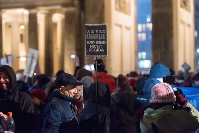 4.000 bis 5.000 Menschen protestierten am Montag den 12. Januar 2015 in Berlin gegen den Ausmarsch von Pegida-Anhaengern. Sie Zogen in einem Demonstrationszug vom Bundeskanzleramt zum Brandenburger Tor, wo sich die Rechten versammelten. Die Polizei hat mit einem Grossaufgebot aus mehreren Bundeslaendern die Marschroute der Rechten geschuetzt und deren Gegnern den Weg versperrt.<br /> Unter den Anhaengern von Baergida waren viele bekannte militante Neonazis, der NPD und Hooligans sowie Mitglieder der Rechtsparteien AfD und Pro Deutschland und der rechtsradikalen German Defense League. Teilnehmer der Veranstaltung bruellten wiederholt &quot;Wir sind das Volk&quot; und &quot;Luegenpresse, auf die Fresse&quot; und hielten Schilder mit der Aufschrift &quot;Je suis Charlie&quot;.<br /> 12.1.2015, Berlin<br /> Copyright: Christian-Ditsch.de<br /> [Inhaltsveraendernde Manipulation des Fotos nur nach ausdruecklicher Genehmigung des Fotografen. Vereinbarungen ueber Abtretung von Persoenlichkeitsrechten/Model Release der abgebildeten Person/Personen liegen nicht vor. NO MODEL RELEASE! Nur fuer Redaktionelle Zwecke. Don't publish without copyright Christian-Ditsch.de, Veroeffentlichung nur mit Fotografennennung, sowie gegen Honorar, MwSt. und Beleg. Konto: I N G - D i B a, IBAN DE58500105175400192269, BIC INGDDEFFXXX, Kontakt: post@christian-ditsch.de<br /> Bei der Bearbeitung der Dateiinformationen darf die Urheberkennzeichnung in den EXIF- und  IPTC-Daten nicht entfernt werden, diese sind in digitalen Medien nach &sect;95c UrhG rechtlich geschuetzt. Der Urhebervermerk wird gemaess &sect;13 UrhG verlangt.]