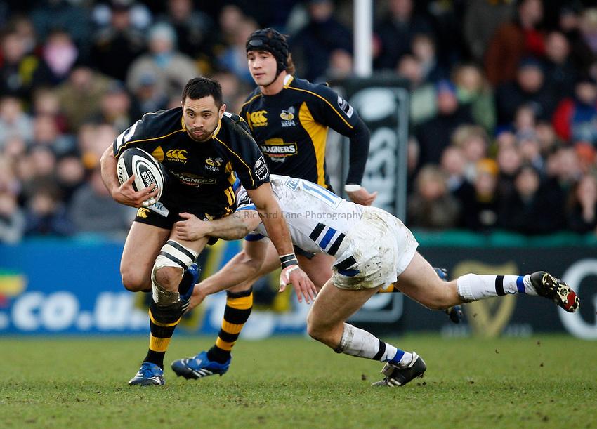 Photo: Richard Lane/Richard Lane Photography..London Wasps v Bath Rugby. Guinness Premiership. 29/12/2007. .Wasps' Riki Flutey breaks past Bath's Shaun Berne.