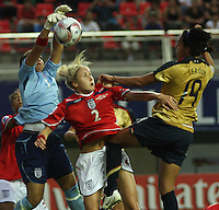 Chill·n, Chile: Americanís  fordward,  Sydney Leroux(R) goes for the ball along with Stephanie Houghton(C) and Rebecca Spencer(L) England¥s team, during the  quarters-finals match, of the Fifa U-20 Womens World Cup the at Nelson Oyarz˙n stadium in Chill·n, on November 30, 2008. Photo by Grosnia / ISIphotos.com