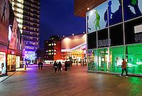 Stadshart van Almere bij avond. Winkelcentrum