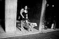 Javier Calvelo/ URUGUAY/ MONTEVIDEO/ Calle/ Proyecto Los de Afuera - Serie Invisible -  Florencia Spinosa/ Florencia Spinosa es una de los tres uruguayos y la primera mujer discapacitados visuales que tienen un perro gu&iacute;a en lugar de un baston. Junto Salu una golden retriever blanca pasea por Montevideo. Florencia Spinosa empez&oacute; con problemas visuales a los dos a&ntilde;os y medio. A los cinco perdi&oacute; la visi&oacute;n de un ojo y a los 8 a&ntilde;os sufri&oacute; desprendimiento de retina en el otro.  A trav&eacute;s de la Fundaci&oacute;n de Apoyo y Promoci&oacute;n del Perro de Asistencia (Fundappas) y la organizaci&oacute;n Perros de Asistencia y Animales de Terapia (PAAT) accedi&oacute; a un perro gu&iacute;a. En Uruguay la legislaci&oacute;n permite que los perros gu&iacute;as tengan acceso a lugares p&uacute;blicos, &oacute;mnibus y taxis desde 2008. <br /> En la foto:  Florencia Spinosa. Foto: Javier Calvelo / adhocfotos<br /> 2012-04-04 dia miercoles<br /> adhocFOTOS
