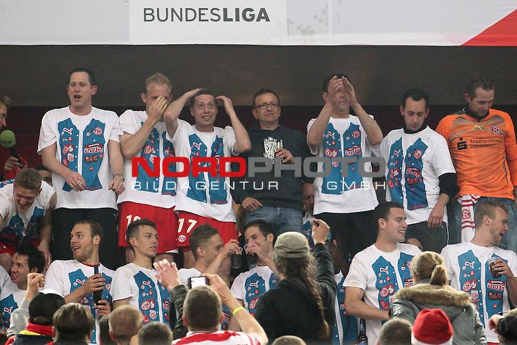 15.05.2012, Esprit Arena, D&uuml;sseldorf, GER, 1. FBL Relegation, Fortuna D&uuml;sseldorf vs Hertha BSC Berlin, im Bild<br /> Mannschaft l&auml;sst sich von den Fans feiern <br /> <br /> // during the 1.FBL relegation, Fortuna D&uuml;sseldorf vs Hertha BSC Berlin on 2012/05/15, EspritArena, D&uuml;sseldorf, Germany. Foto &copy; nph / Mueller *** Local Caption ***