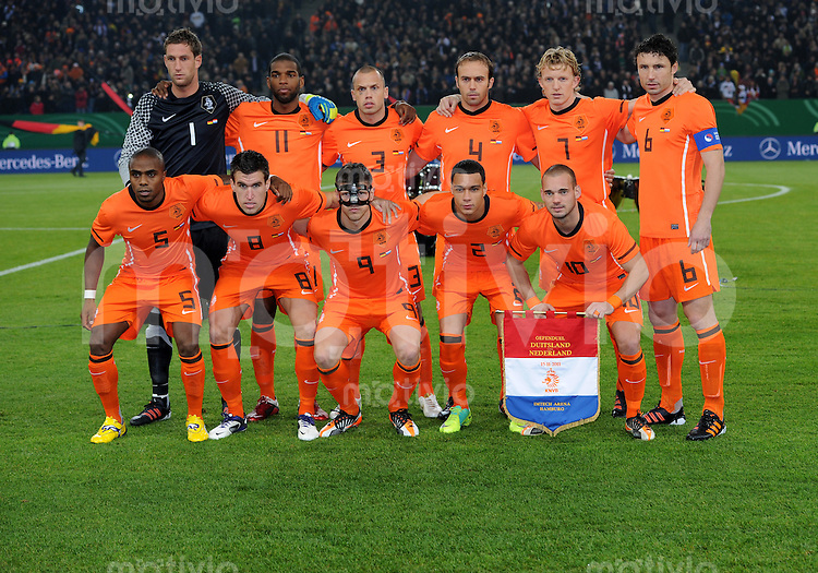 FUSSBALL INTERNATIONAL  FREUNDSCHAFTSSIEL  SAISON 2011/2012  Deutschland - Holland          15.11.2011 Teamphoto Holland, hintere Reihe von links: Torwart Maarten STEKELENBURG, Ryan BABEL, John HEITINGA, Joris MATHIJSEN, Dirk KUYT, Mark VAN BOMMEL. Vordere Reihe von links: Edson BRAAFHEID, Kevin STROOTMAN, Klaas-Jan HUNTELAAR, Gregory VAN DER WIEL, Wesley SNEIJDER