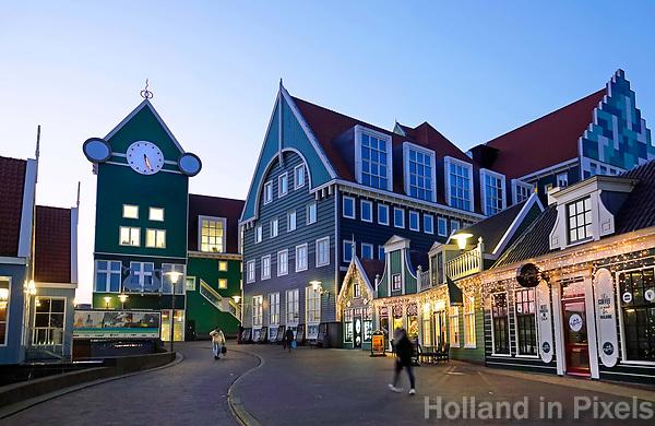 Nederland Zaandam -  Januari 2018.  Het vernieuwde  Station en Stadhuis rond de Feestdagen.   Foto Berlinda van Dam / Hollandse Hoogte