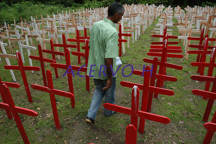 Cruzes vermelhas representando pessoas amea&ccedil;adas de morte e brancas para pessoas assassinadas na luta pela terra s&atilde;o fincadas no ch&atilde;o pelo primeiro ano do assassinato de  Dorothhy Stang.<br /> <br /> <br /> Manifesta&ccedil;&otilde;es populares em protesto pelo assassinato de Dorothy Stang ocorrido no PDS Esperan&ccedil;a em Anap&uacute; no Par&aacute;.<br /> Anap&uacute;, Par&aacute;, Brasil.<br /> Foto Paulo Santos<br /> 12/02/2006