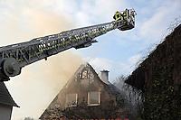 Gross-Gerau 13.02.2016: Grossbrand in der Wallerst&auml;dter Hintergasse<br /> Feuerwehren aus Gro&szlig;-Gerau l&ouml;schen gemeinsam ein Einfamilienhaus<br /> Foto: Vollformat/Marc Sch&uuml;ler, Sch&auml;fergasse 5, 65428 R&uuml;sselsheim, Fon 0151/11654988, Bankverbindung Kreissparkasse Gross Gerau BLZ. 50852553 , KTO. 16003352. Alle Honorare zzgl. 7% MwSt.