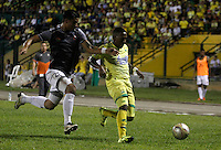 FLORIDABLANCA -COLOMBIA-8-MAYO-2016. Jefferson Gomez del Envigado FC disputa el balón con  el Bucaramanga durante partido por la fecha 17 de Liga Águila I 2016 jugado en el estadio Alvaro Gómez Hurtado./ Jefferson Gomez of  Envigado FC fights the ball against Bucaramanga during the match for the date 17 of the Aguila League I 2016 played Alvaro Gomez Hurtado . Photo: VizzorImage / Duncan Bustamante / Contribuidor