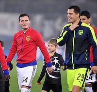 FUSSBALL CHAMPIONS LEAGUE SAISON 2016/2017 GRUPPENPHASE FC Basel - Arsenal London            06.12.2016 Granit Xhaka (re, Arsenal) beim Einlauf vor dem Spiel mit Bruder Taulant Xhaka (FC Basel)