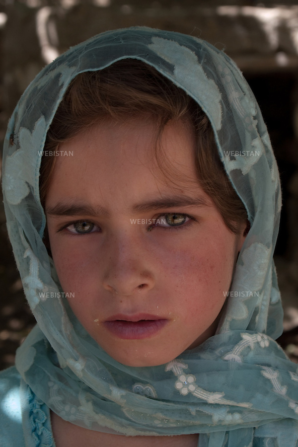 AFGHANISTAN - VALLEE DU PANJSHIR - POSHGHOUR - 15 aout 2009 : Portrait d'une enfant dans une rue du village de Poshghour. ..AFGHANISTAN - PANJSHIR VALLEY - POSHGHOUR - August 15th, 2009 : Portrait of a child on a street in the village of Poshghour.