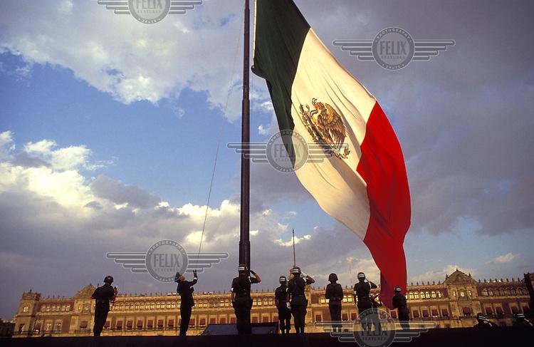 © Paul Smith / Panos Pictures..Mexico City, Mexico..Raising the flag on the Zocalo.