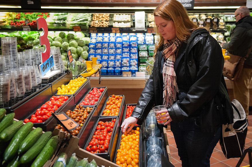 Nederland, Breda, 27 maart 2013.Opening Jumbo Supermarkt: Jumbo Foodmarkt. Met 6.000 m² vloeroppervlakte - gemiddeld zes keer groter dan de gemiddelde supermarkt - wordt boodschappen doen hier een belevenis. .Veel keus..Foto(c): Michiel Wijnbergh