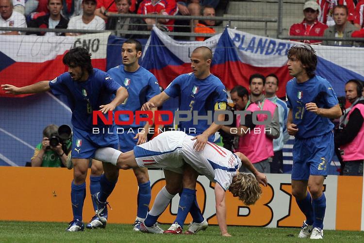 FIFA WM 2006 -  Gruppe E Vorrunde ( Group E )<br /> Play   #41 (22-Jun) - Tschechien - Italien<br /> <br /> Navel Nedved tritt  Genarro Gattuso unsanft in den UNterleib<br /> <br /> Foto &copy; nordphoto