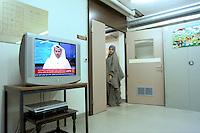 donna somala nel centro per asilanti, richiedenti asilo politico,in un ex bunker a Biasca, Canton Ticino, Svizzera.
