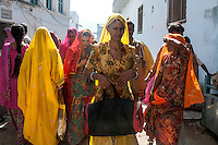 Women returning from holy dip at Pushkar lake.  Rajasthan, India.