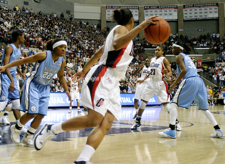 STORRS, CT. 21 January 2008-012108SV12--#20 Renee Montgomery looks to pass inside to #23 Maya Moore of UConn against North Carolina at Gampel Pavilion in Storrs Monday.<br /> Steven Valenti Republican-American