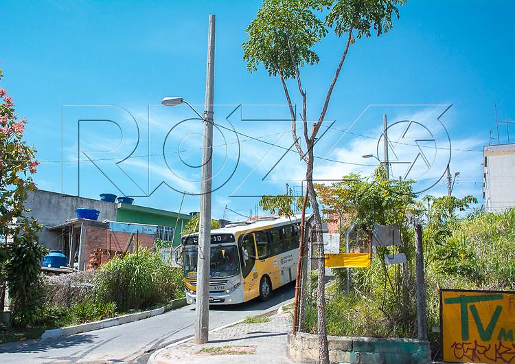 Micro-ônibus de linha urbana trafegando em rua estreita, São Paulo - SP, 10/2016.
