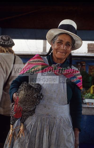Amérique/Amérique du Sud/Pérou/Urubamba : Indienne et son poulet sur le marché