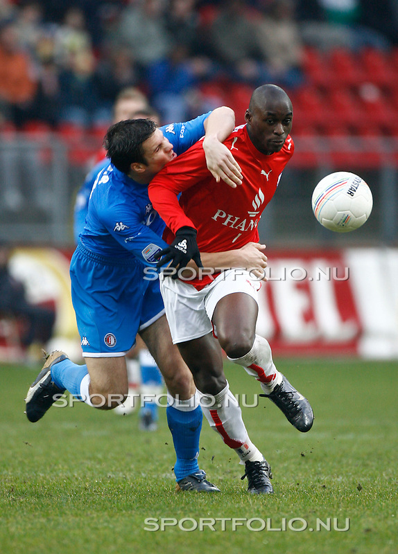 Nederland, Utrecht, 17 december 2006. .Eredivisie .Seizoen 2006-2007 .FC Utrecht-Feyenoord (2-1). .Marc-Antoine Fortune (r) van FC Utrecht probeert zich te ontdoen van Ron Vlaar van Feyenoord