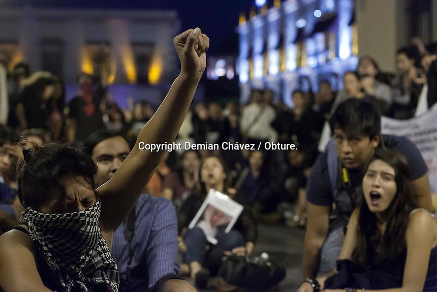 Queretaro, Qro. 8 de Octubre de 2014.- Al menos unas dos mil personas entre estudiantes universitarios, profesores, comerciantes, dirigentes de ONG&acute;s, activistas marcharon para solidarizarse con las familias de los estudiantes normalistas que se encuentran desaparecidos y otra muertos, tras la agresi&oacute;n sufrida en Iguala Guerrero, por la polic&iacute;a; el pasado 26 de septiembre.<br /> <br /> Actualmente esta marcha es una de las m&aacute;s de cien que que llevan acabo en el pa&iacute;s y algunas ciudades del extranjero.<br />  <br /> La marcha finaliz&oacute; con la lectura del posicionamiento de los estudiantes en las puertas del Congreso del estado.<br /> <br /> Foto: Demian Ch&aacute;vez / Obture.