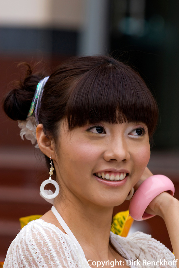 China, Peking (Beijing), junge Frau auf der Wangfujing Dajie