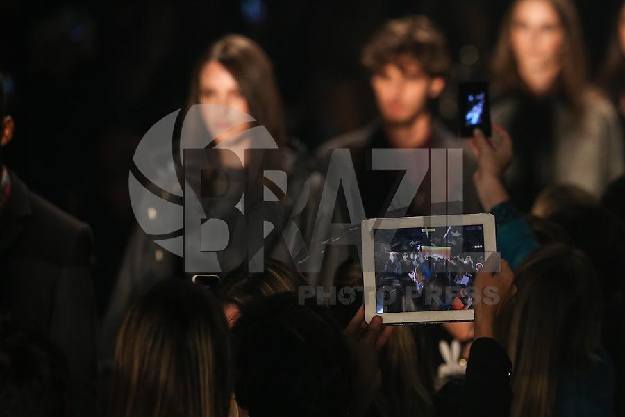SAO PAULO, 31.10.2013 - SPFW /COLCCI - Tablets e celulares chamaram a atencao no desfile da grife Colcci durante a 36ª edição da São Paulo Fashion Week (SPFW), coleção Outono/Inverno 2014, no Parque Vila Lobos, na zona oeste da capital paulista, nesta quinta-feira,31. (Foto: William Volcov / Brazil Photo Press).