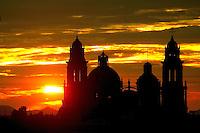 Los atardeceres en esta ciudad son increibles y para muestra los calidos tonos que se perciben cuando el sol se pone sobre los edificios historicos de la ciudad como catedral metropolitana, foto captada desde el final de la calle Salido en el cerro de la campana