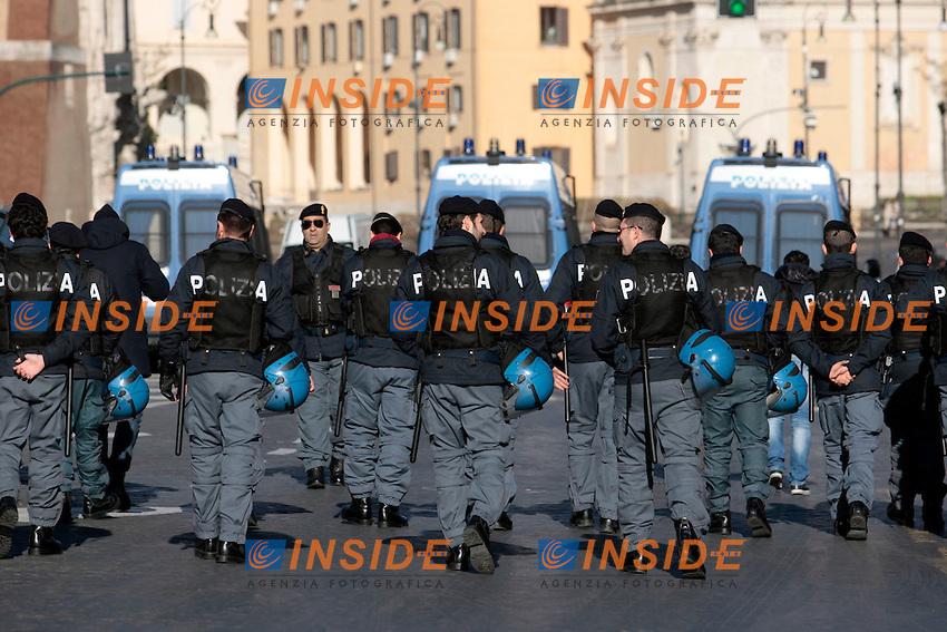 Polizia.Roma 06/12/2012 Manifestazione della Fiom..Photo Samantha Zucchi Insidefoto