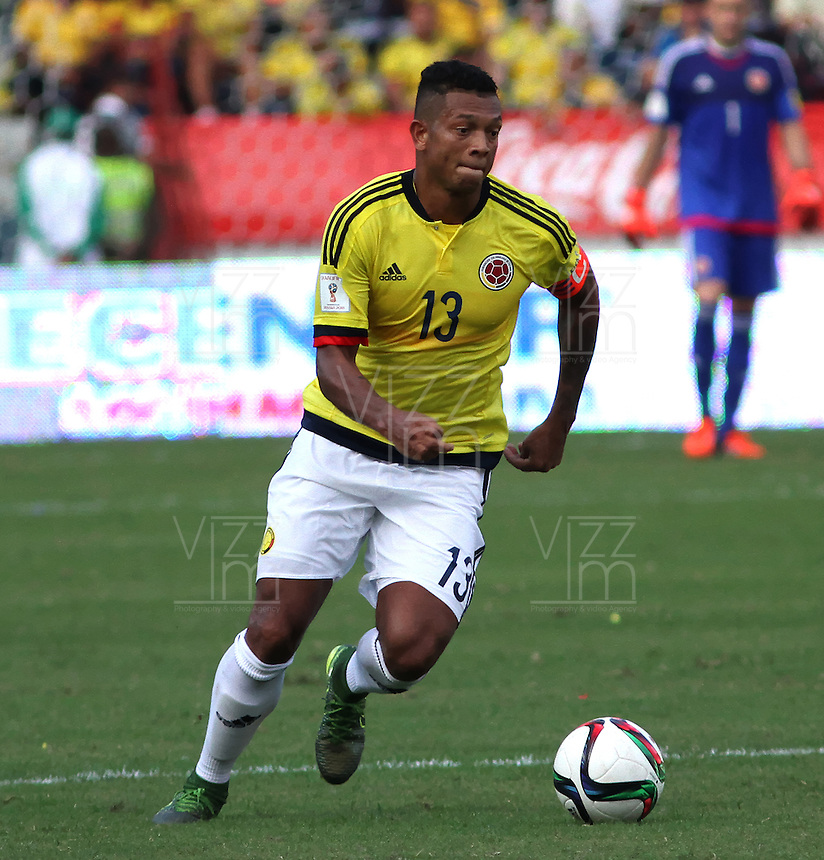 BARRANQUILLA  - COLOMBIA - 8-10-2015: Fredy Guarin jugador de la seleccion Colombia  disputa el balon con  la seleccion Peru durante primer partido  por por las eliminatorias al mundial de Rusia 2018 jugado en el estadio Metropolitano Roberto Melendez  / : Fredy Guarin  player of Colombia  fights for the ball with xxxx of selection of Peru during first qualifying match for the 2018 World Cup Russia played at the Estadio Metropolitano Roberto Melendez. Photo: VizzorImage / Felipe Caicedo / Staff.
