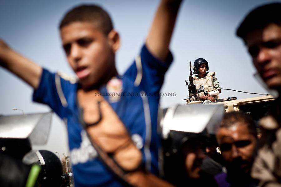 ©VIRGINIE NGUYEN HOANG/.Egypt,Cairo.02/06/2012..Anti and pro Mubarak were waiting and protesting outside the Police academy of New Cairo where Mubarak's trial took place. After the verdict of life sentence for Mubarak and his Interior Minister Habib al-Adly was announced, pro Mubarak started to get angry...Anti et pro Moubarak attendaient et protestaient devant l'académie de police de New Cairo où le procès Moubarak a eu lieu. Apres le verdict de condamnation à perpetuite pour Moubarak et son Ministre de l'Intérieur Habib al-Adly a ete annonce, les pros Moubarak ont commence a se mettre en colere.