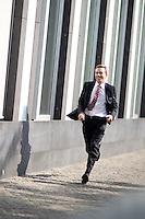 Bernd Lucke, Parteivorsitzender der AfD l&auml;uft am Montag (15.09.14) in Berlin nach einer Pressekonferenz zu den Landtagswahlen in Th&uuml;ringen und Brandenburg zu weiteren Statements.<br /> Foto: Axel Schmidt/CommonLens