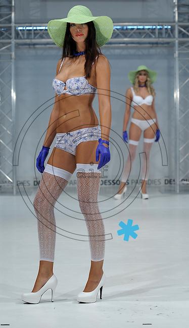 Dessous Paradie 2011    im Bild: Strümpfe sind wieder im kommen: Sie sollten vor allem in gedeckten Tönen getragen werden. Wichtig ist dabei, dass diese gemustert sind. Foto: Alexander Bley
