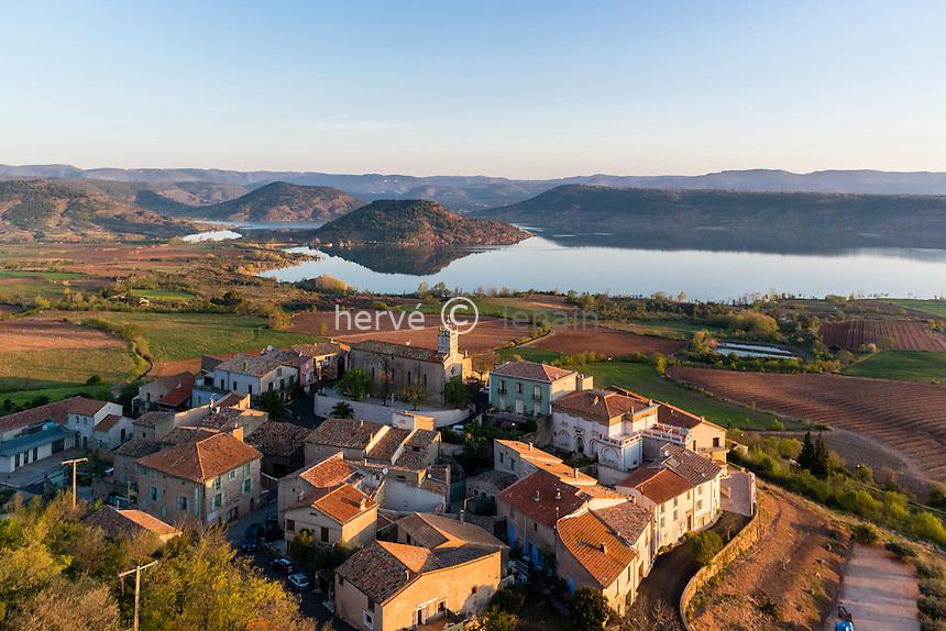 France, Hérault (34), Liausson et le lac du Salagou (vue aérienne) // France, Herault, Liausson, the village and Salagou lake (aerial view)