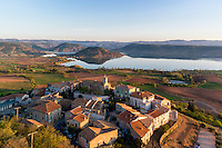 France, Hérault (34), Liausson et le lac du Salagou (vue aérienne) // France, Herault, Liausson, the village and Salagou lake (aerial view)