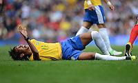 Olympia 2012 London  Fussball  Maenner   29.07.2012 Brasilien - Weissrussland NEYMAR (Brasilien) liegt nach dem Foul verletzt am Boden