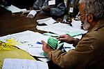 Le président d'un bureau de vote de Rawalpindi recompte les bulletins lors du dépouillement. Placés sous scellés, les résultats seront immédiatement communiqués à la Commission Electorale à Islamabad.