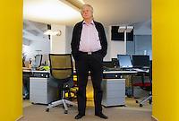 UNGARN, 01.2011, Budapest. Zeitungsjournalist Karoly T. Vörös, Chefredakteur der sozialdemokratischen Tageszeitung Nepszabadsag, in seiner Redaktion. Er ist einer der profiliertesten Gegner der neuen Mediengesetze der Regierung Orban. | Newspaper journalist Karoly T. Voros, chief editor of the social democratic daily Nepszabadsag, in his newsroom. He is one of the main opponents of the Orban goverment's new media laws..© Martin Fejer/EST&OST