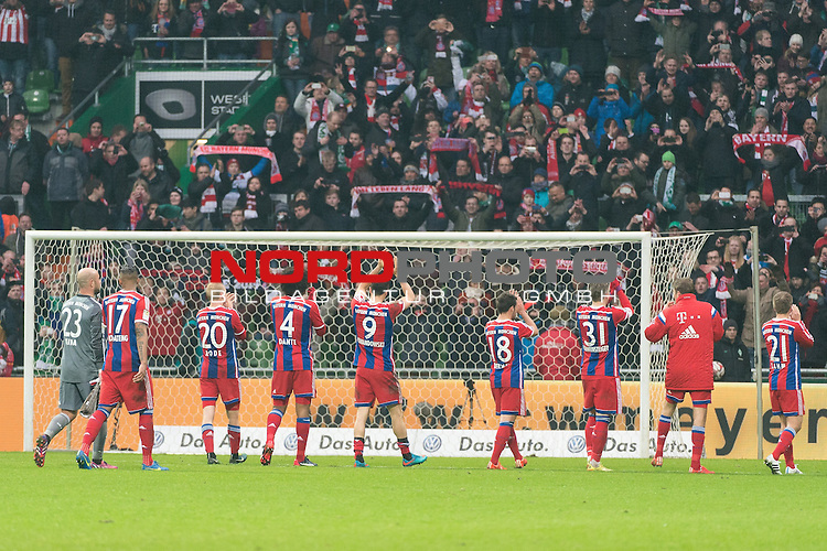 14.03.2015, Weser Stadion, Bremen, GER, 1.FBL. Werder Bremen vs FC Bayern Muenchen, im Bild<br /> <br /> Bayern Spieler bedanken sich in der Westkurve bei den Fans<br /> Pepe Reina (FC Bayern Muenchen)<br /> Jerome (J&eacute;r&ocirc;me) Boateng (FC Bayern Muenchen)<br /> Sebastian Rode (FC Bayern Muenchen)<br /> Dante (FC Bayern Muenchen)<br /> Robert Lewandowski (FC Bayern Muenchen)<br /> Juan Bernat (FC Bayern Muenchen)<br /> Bastian Schweinsteiger (FC Bayern Muenchen)<br /> Philipp Lahm (FC Bayern Muenchen)<br /> <br /> <br /> <br /> <br /> Foto &copy; nordphoto / Kokenge