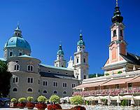 Oesterreich, Salzburger Land, Salzburg: Mozartplatz mit Dom und St. Michaeliskirche | Austria, Salzburger Land, Salzburg, Mozart Square with cathedral and St. Michaelis church