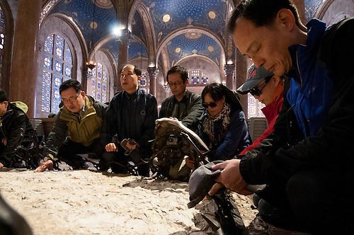 Basilique de l'Agonie de Gethsemane, Jerusalem, Fevrier 2011. Des pelerins en Terre Sainte.