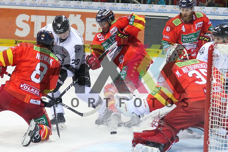 Nuernbergs Steven Reinprecht (Nr.28) versucht, gegen Duesseldorfs Brandon Yip (Nr.59) und Duesseldorfs Marco Nowak (Nr.8) an den Puck zu kommen beim Spiel in der DEL Duesseldorfer EG (rot) - Nuernberg Ice Tigers (weiss).<br /> <br /> Foto &copy; PIX-Sportfotos *** Foto ist honorarpflichtig! *** Auf Anfrage in hoeherer Qualitaet/Aufloesung. Belegexemplar erbeten. Veroeffentlichung ausschliesslich fuer journalistisch-publizistische Zwecke. For editorial use only.