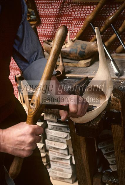 Europe/France/Midi-Pyrénées/09/Ariège/Couserans/Castillon-en-Couserans: Fabrique de sabot Bethmalais - Dégauchissage à la cuillère<br /> PHOTO D'ARCHIVES // ARCHIVAL IMAGES<br /> FRANCE 1980