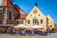 Deutschland, Bayern, Oberpfalz, Naturpark Oberer Bayerischer Wald, Cham: Cafes vorm Rathaus auf dem Marktplatz | Germany, Bavaria, Upper Palatinate, Nature Park Upper Bavarian Forest, Cham: Cafes at Market Square with Townhall