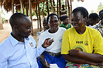 UGANDA, Arua, Radio Pacis, Aufnahme mit Oduluba Bauernkooperative im Dorf Ajia, mitte Mary Olero, hat im Radio von einer neuen Maniok Sorte gehoert, die sie jetztbanbauen