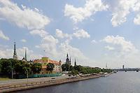 Blick über Daugava (Düna) auf Altstad in Riga, Lettland, Europa, Unesco-Weltkulturerbe