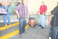 RIO DE JANEIRO, RJ, 26.07.2016 - CRIME-RJ - Um homem é detido portando uma faca após assaltar uma senhora em frente ao Carioca Shopping na região norte da cidade do Rio de Janeiro nesta terça-feira, 26. Niguém ficou ferido e o caso foi registrado na cidade da policia. (Foto: Celso Barbosa/Brazil Photo Press)