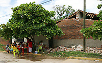 Asunción, Ixtaltepec, Oaxaca. 18/09/2017.- Avanzan los trabajos de limpieza de escombros por parte de elementos de la Secretaria de Defensa Nacional (Sedena) en Ixtaltepec, Oaxaca, lugar donde la mayor parte de viviendas fueron devastadas por el sismo de 8.2 grados que se suscitara el pasado jueves 7 de septiembre, en tanto, algunas de las cientos de familias que habitan esta comunidad, comienzan a rescatar sus pocas pertenecías que les quedan para abandonarlas, ya que estos sitios se encuentran frágiles y tienen un alto riesgo de caerse.